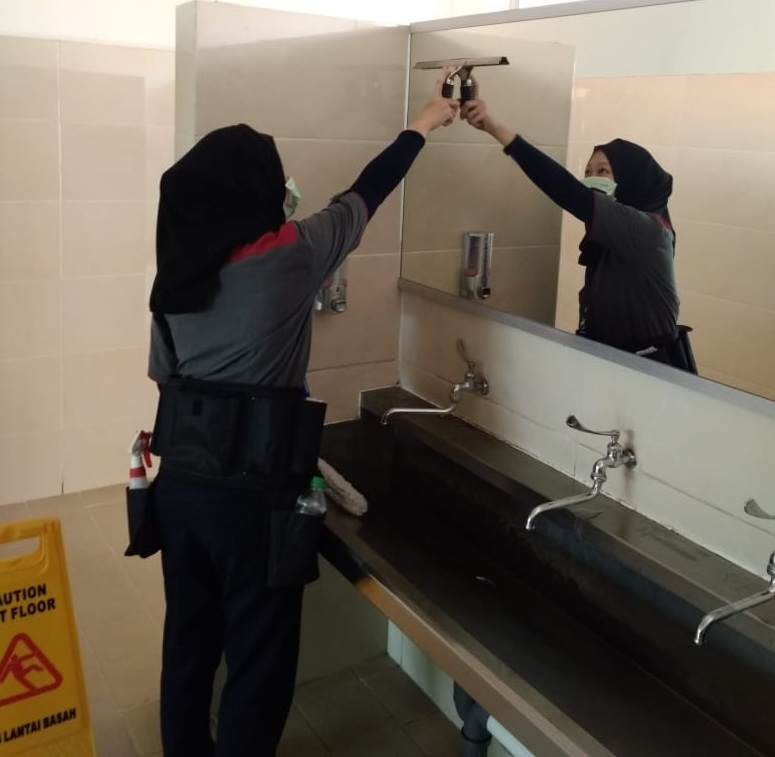 Teknik Dasar Glass Cleaning Pada Cleaning Service Mss